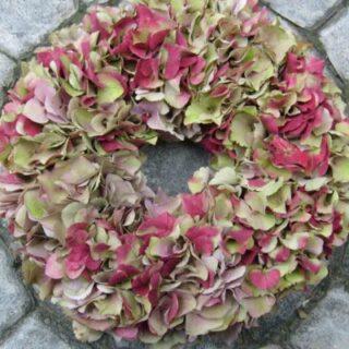 Egyszerű lakásdekoráció hortenzia virágokból - hortenzia koszorú